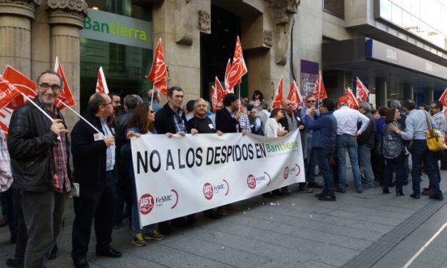 Concentración de trabajadores ante la oficina principal de Bantierra ante el despido de un empleado