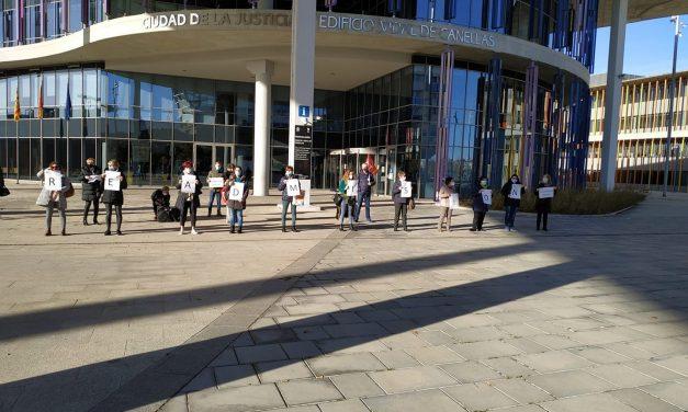 Se manifiestan en defensa de una limpiadora de Clece despedida, y contra la sobrecarga de trabajo en el Hospital Miguel Servet de Zaragoza
